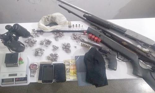 PM encontra diversas armas de fogo e drogas em restaurante de General Carneiro