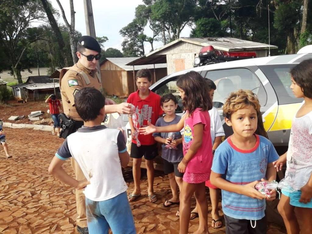 Policiais Militares entregam cestas de páscoa a crianças de Mangueirinha