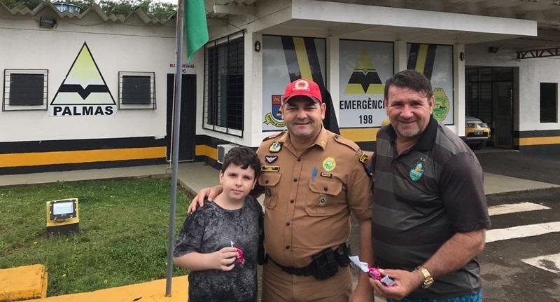 Polícia Rodoviária Estadual distribui chocolates à usuários de rodovias no Sudoeste