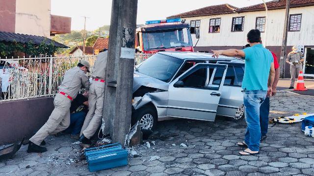 Mulher perde controle da direção e carro bate contra poste em Coronel Vivida