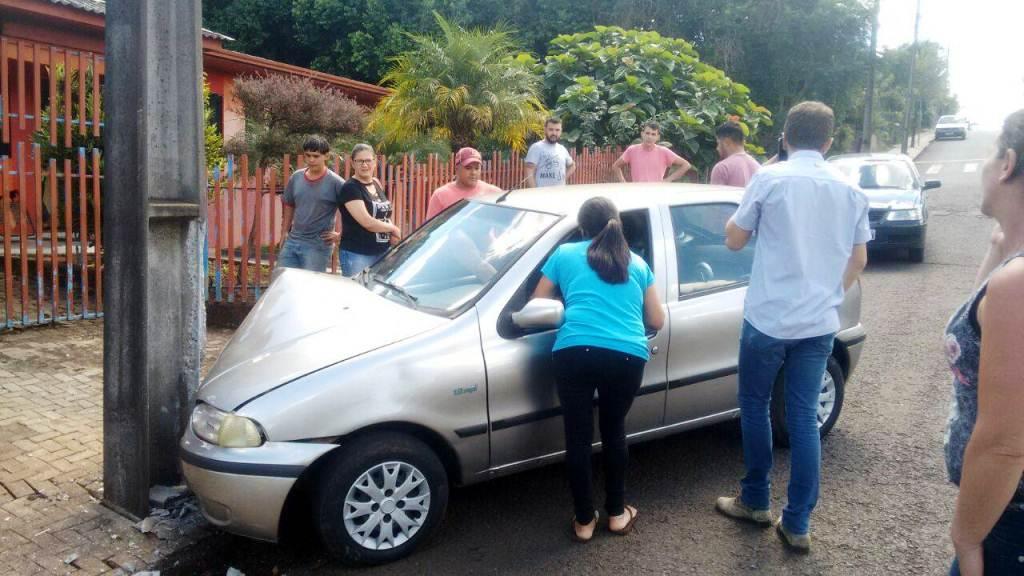 Motorista perde o controle da direção e colide em poste no bairro Frei Vito