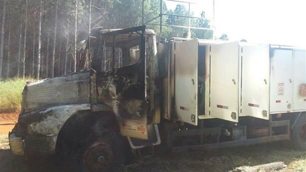 Motorista é rendido e caminhão é incendiado em assentamento