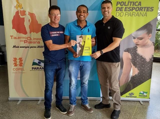 Administração de Marmeleiro recebe caderno de lei de incentivo ao esporte