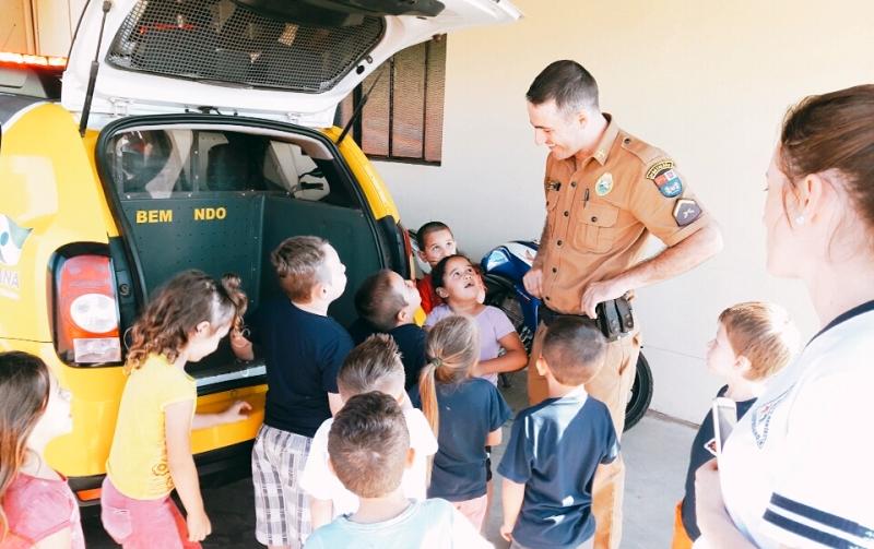 Crianças visitam pelotão e aprendem sobre a rotina da Polícia Militar