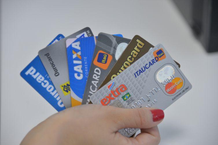 CMN padroniza juros para rotativo do cartão de crédito