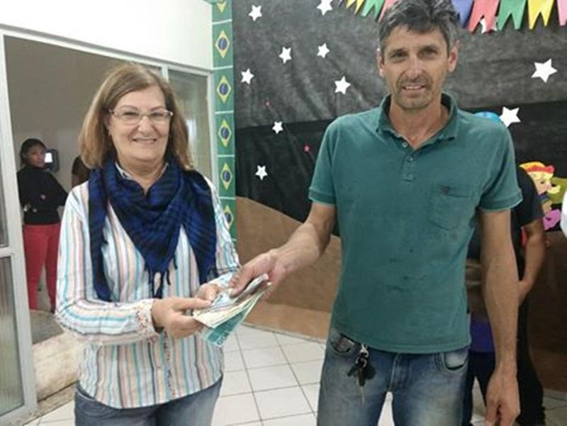 Caminhoneiros fazem doação de dinheiro e alimentos à Apae de São João