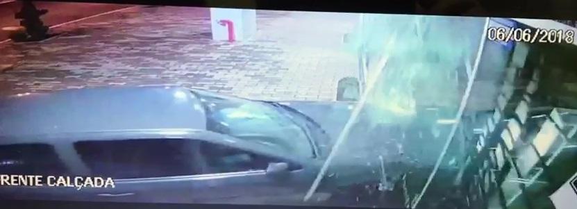 Ladrões usam carro roubado para arrombar relojoaria no Sudoeste