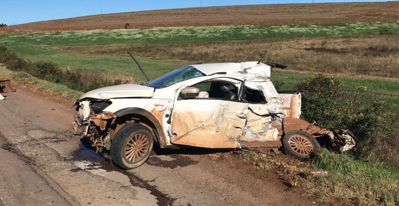 Vendedor autônomo morre após bater carro contra carreta na PR-280