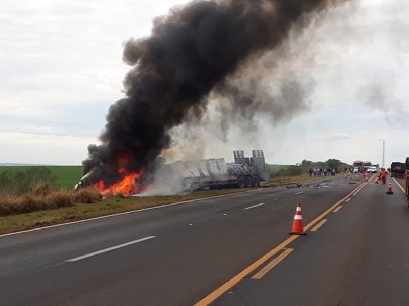 Caminhão de Francisco Beltrão pega fogo em acidente fatal na BR-277