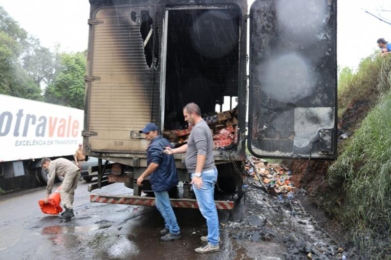 Incêndio destrói caminhão na PRC-158