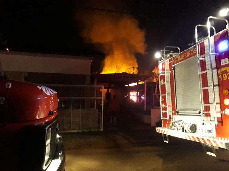 Incêndio destrói casa na Cidade Norte em Francisco Beltrão