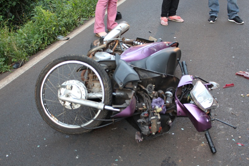 Casal morre após bater moto contra traseira de caminhão na PR-566
