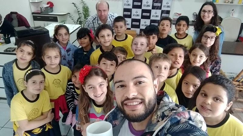 Alunos da Escola Tasso Azevedo da Silveira visitam a Extra FM