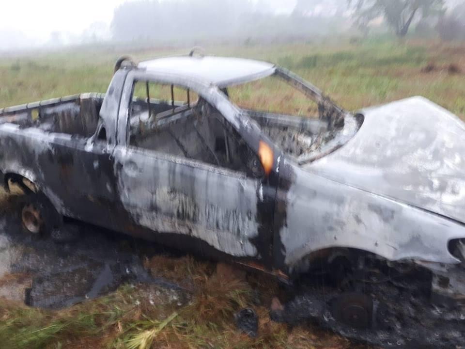 Carro furtado é encontrado queimado