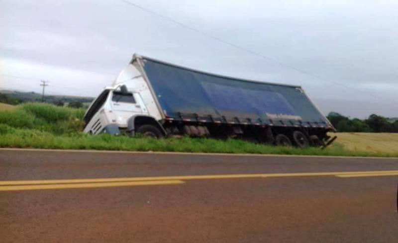 Caminhão carregado com papelão tomba na PR-562