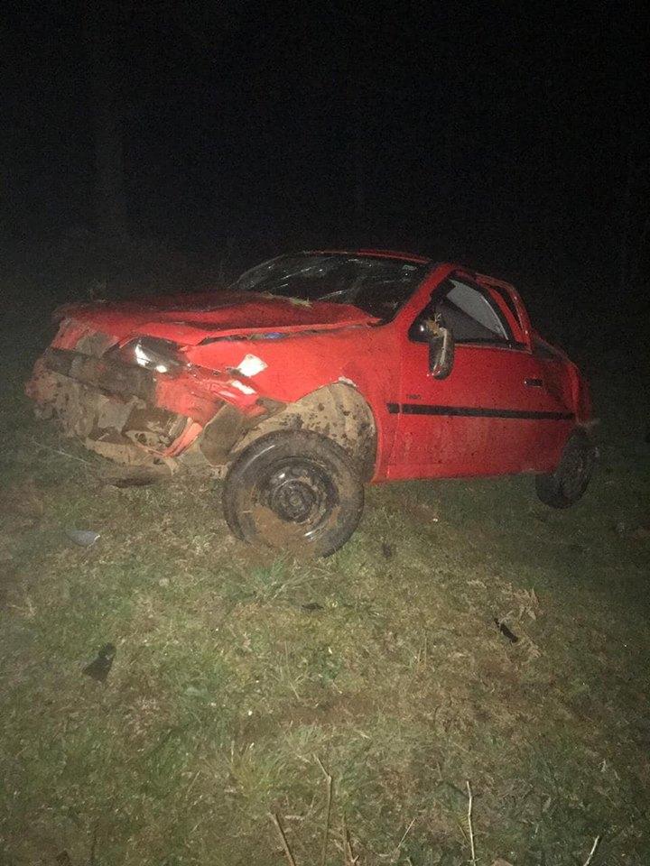 Carro com adolescentes capota e menino morre na PR 449
