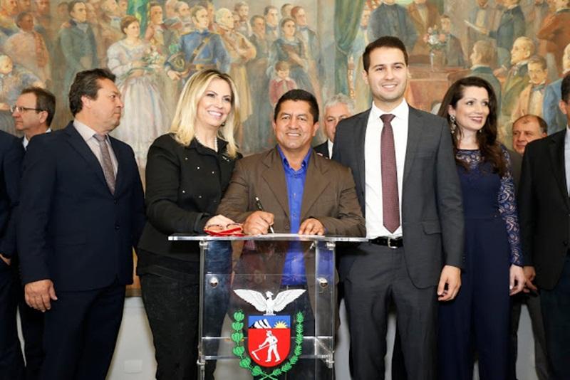 Cida Borghetti assina ordem de serviço para regularização fundiária em Foz do Jordão