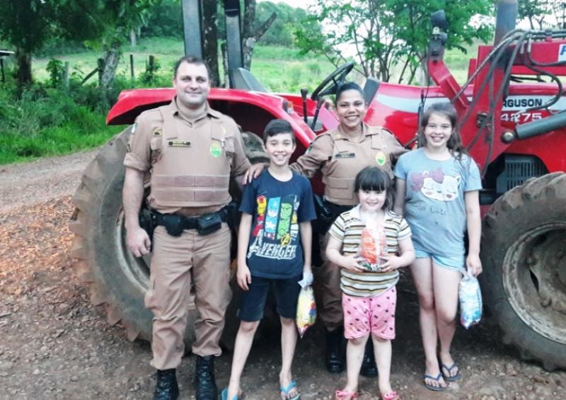 Crianças ganham presentes da Polícia Militar em Chopinzinho