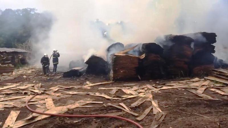 Incêndio destrói estoque de lâminas de madeira em Coronel Vivida
