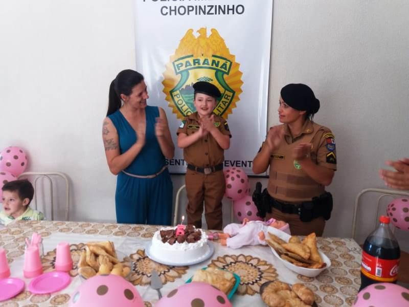 Policiais surpreendem criança com festa de aniversário