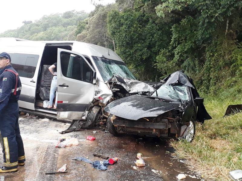Batida entre carro e Van deixa um morto e 13 feridos na BR-373, em Chopinzinho