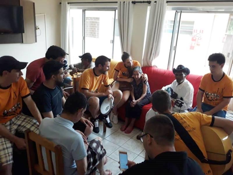 Jornada Jovem de Chopinzinho realiza visita a asilo em Laranjeiras do Sul