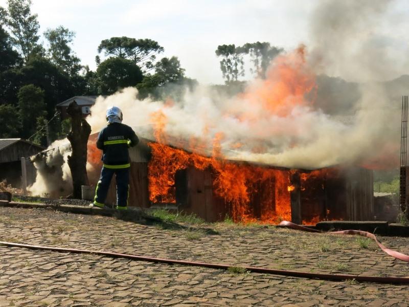 Residência é destruída pelo fogo em Coronel Vivida