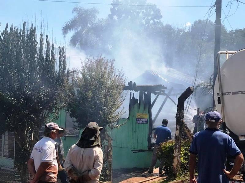 Casa é destruída pelo fogo em São João