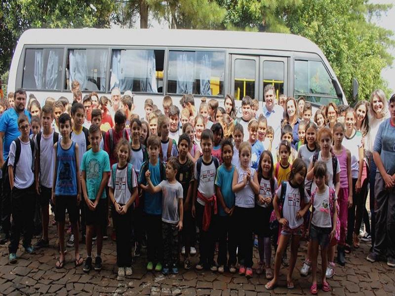 Prefeito Cleber faz entrega de ônibus na Escola Oficina