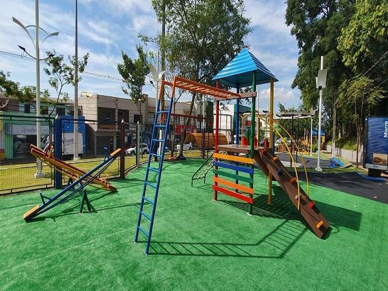 Praça da Cango é revitalizada e ganha parquinho infantil