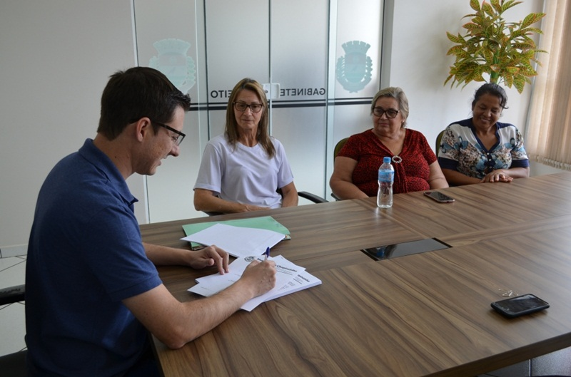 Agricultura familiar assina contrato para entrega de produtos à merenda escolar