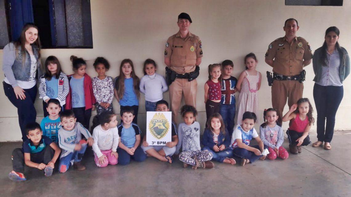 Alunos da Escola Tancredo Neves visitam Pelotão da PM em Chopinzinho