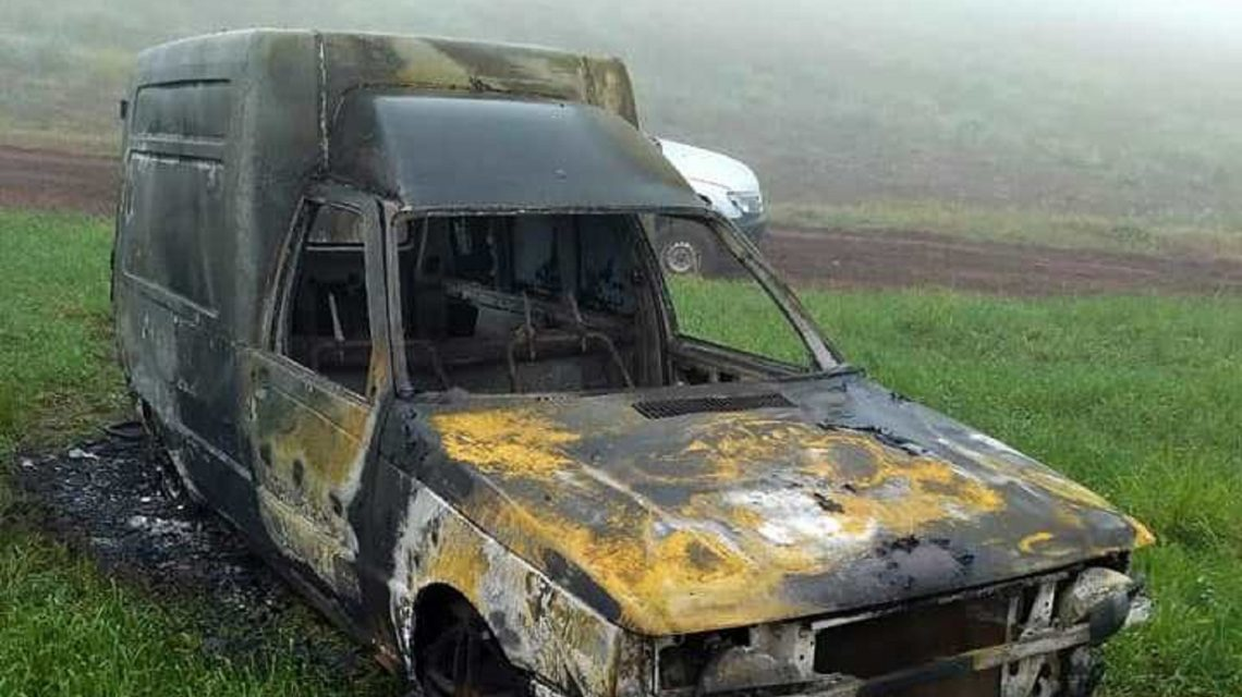 Carro furtado é localizado queimado