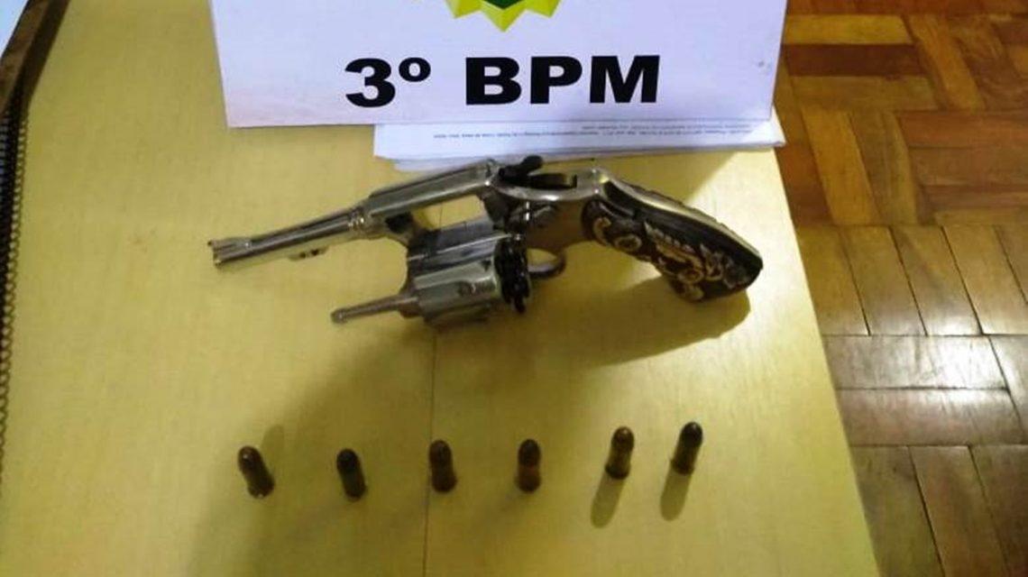 Passageiro de carro é detido com arma de fogo na PR-475