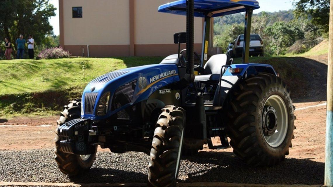 Associação de agricultores da Linha Baía recebe trator da Administração Municipal