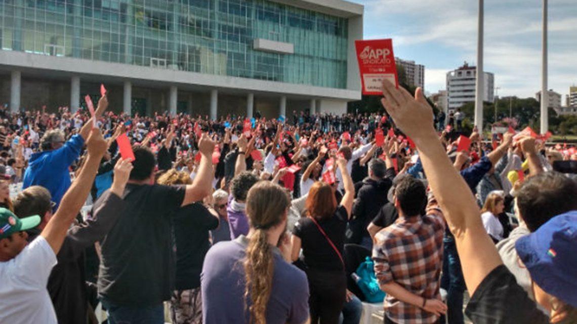 Em assembleia, trabalhadores da educação suspendem greve