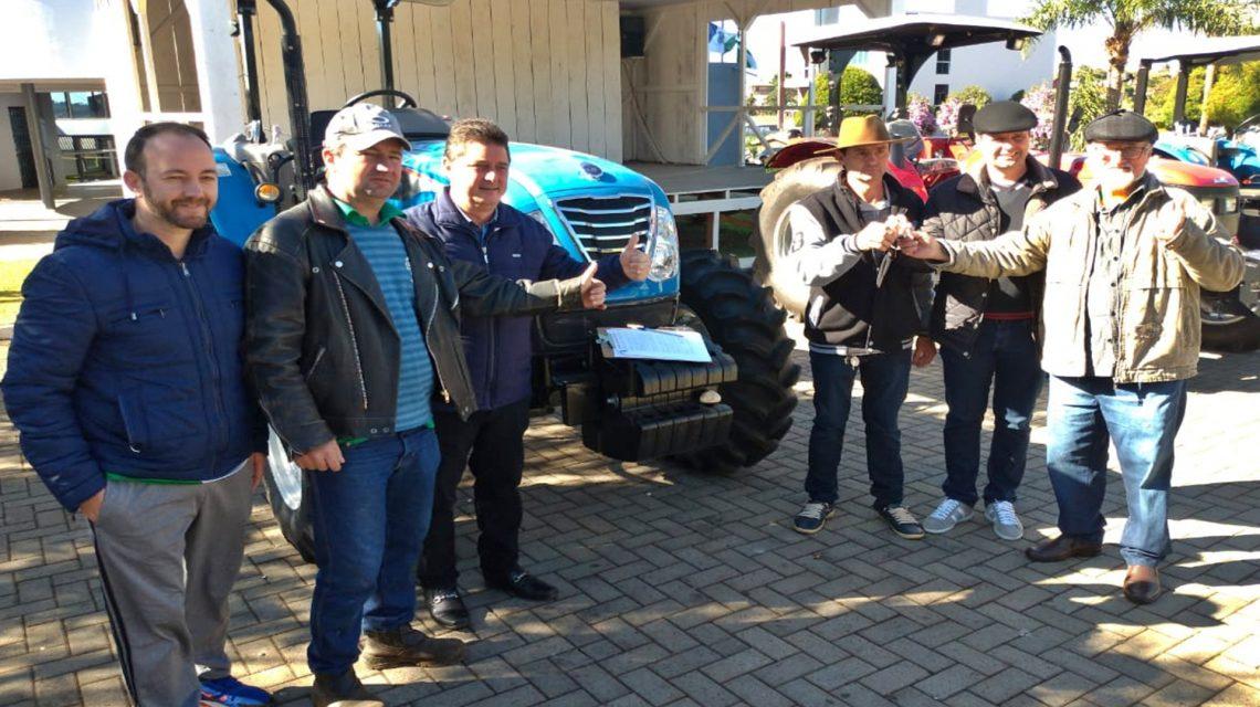Administração de Saudade do Iguaçu entrega tratores à associações das comunidades de Biguá e Pães