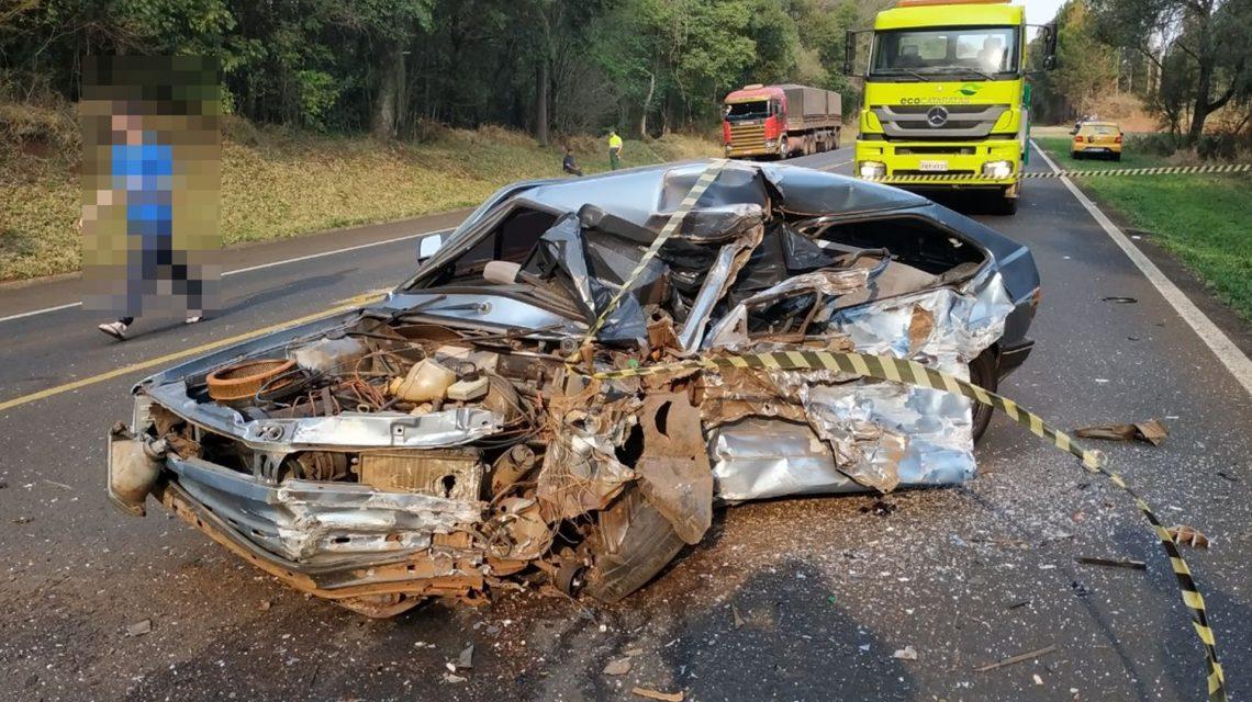Colisão entre carro e caminhões deixa três mortos em Laranjeiras do Sul