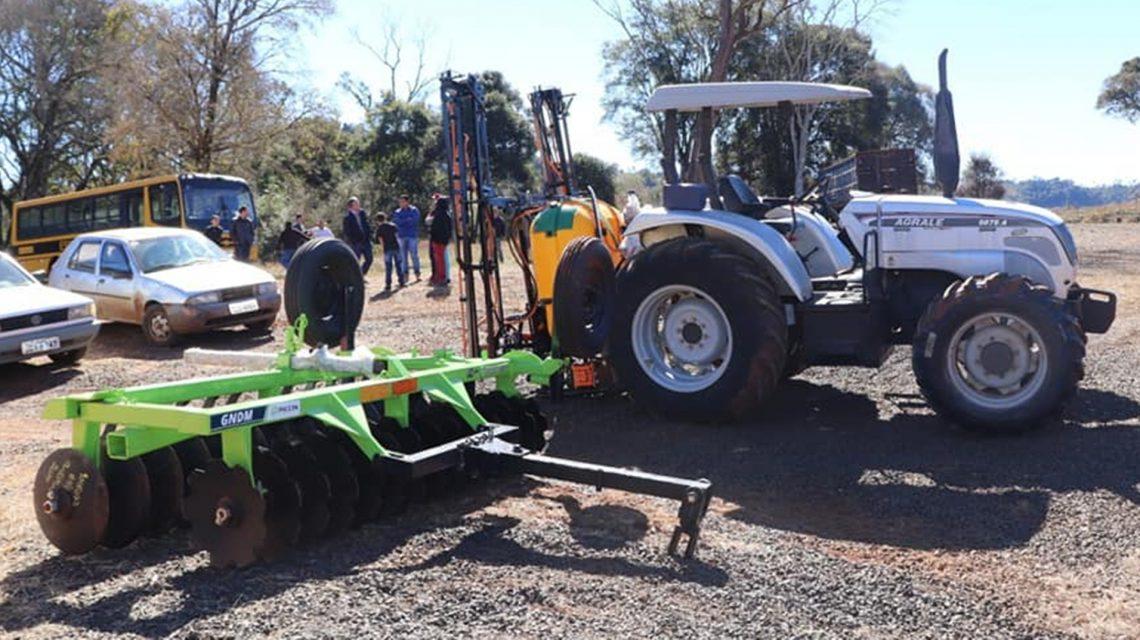 Prefeitura entrega implementos agrícolas para o Assentamento União São Pedro, em Candói