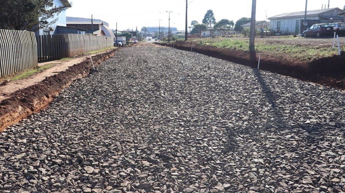 Pavimentação asfáltica na avenida Francisco Pedro da Luz é iniciada, em Candói