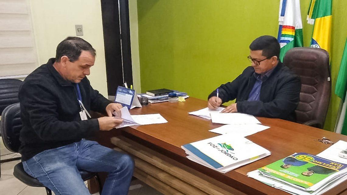 Prefeito de Foz do Jordão assina convênio para aquisição de caminhão basculante
