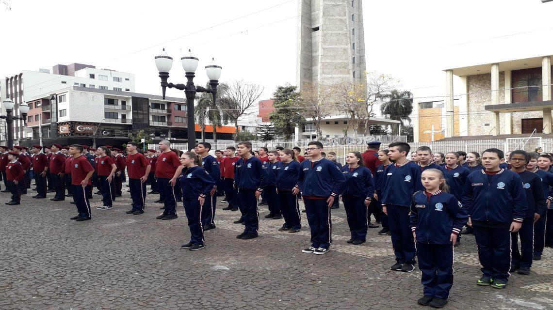 Colégio Vila Militar Vida e Ensino faz homenagem a bandeira