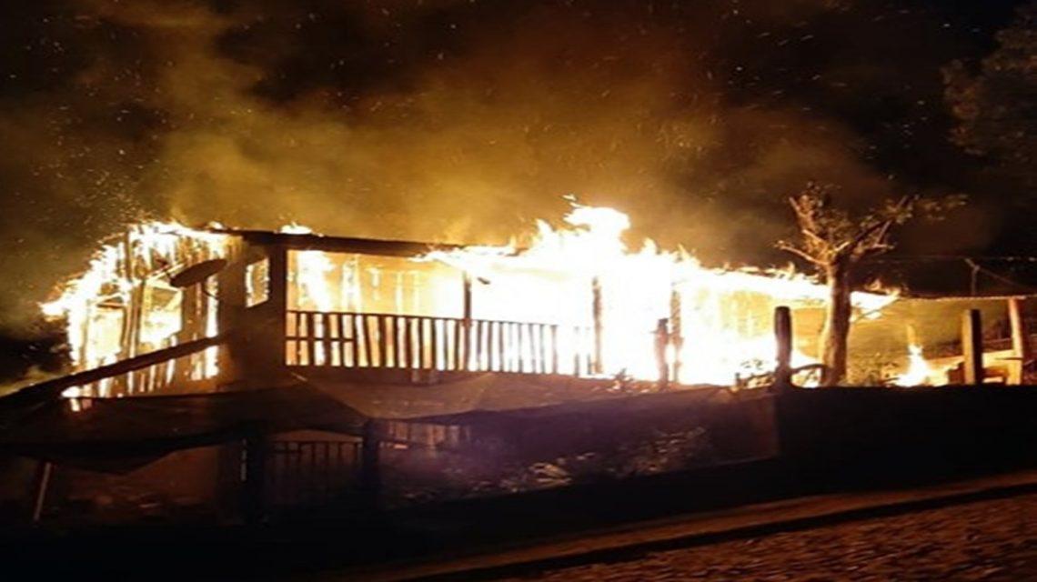 Incêndio destrói residência no centro de Sulina