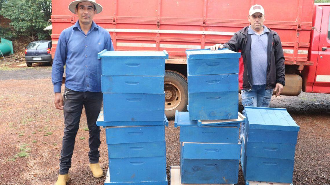 Prefeitura de Candói entrega 100 caixas de abelhas aos produtores rurais