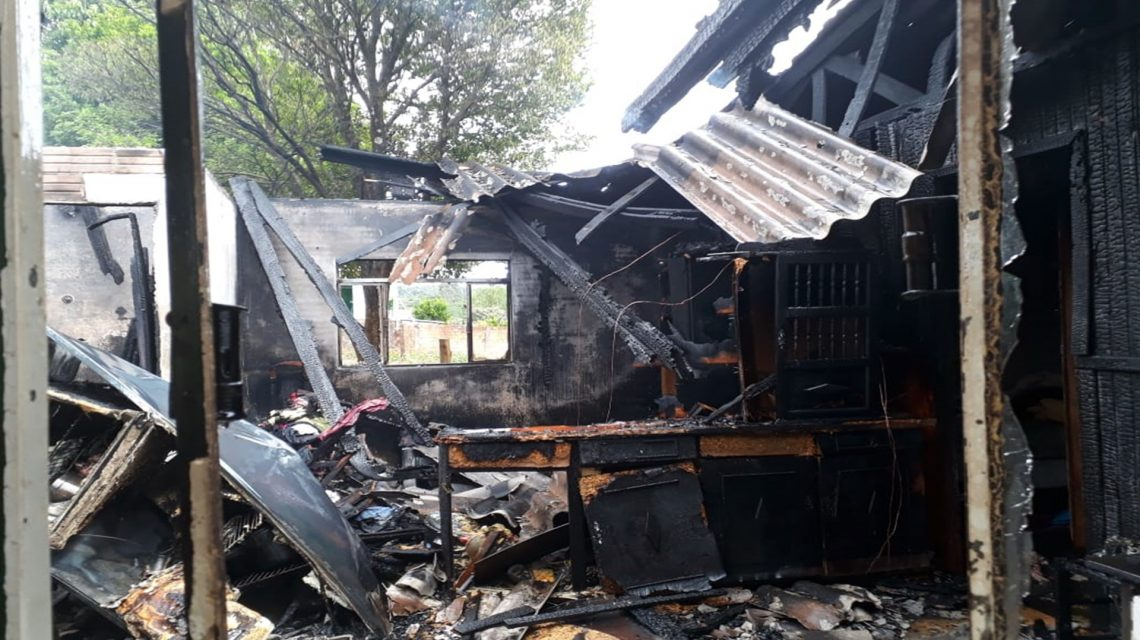 Casa é destruída pelo fogo no bairro São Cristóvão em Chopinzinho