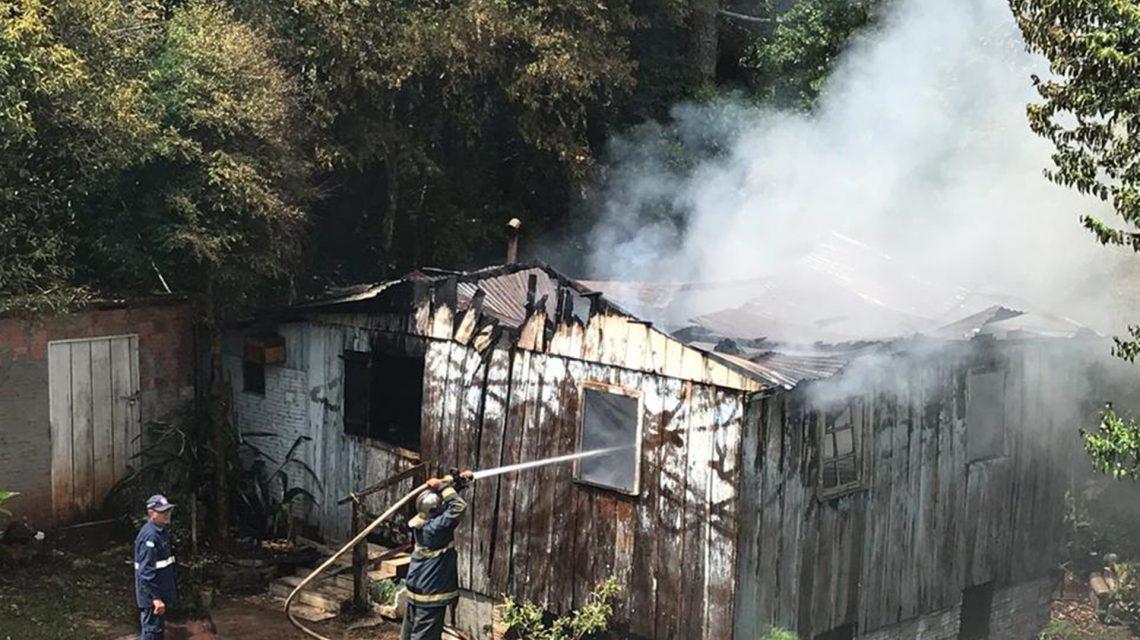 Casa é destruída por incêndio em Chopinzinho