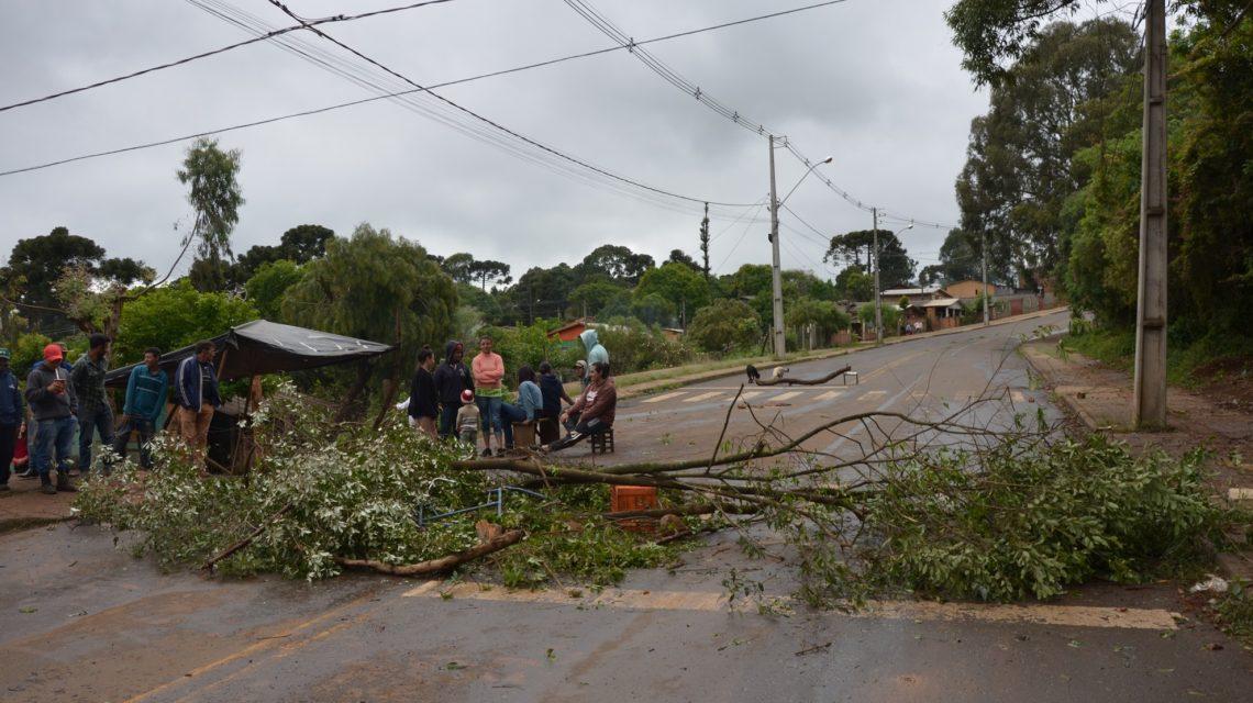 Moradores bloqueiam rua de aceso a PR 449 no Bairro Vila Operária I em Palmas