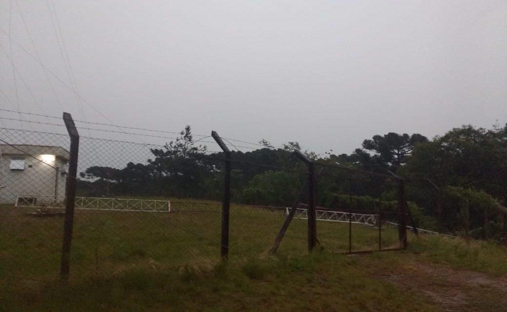 Vendaval derruba torre das rádios Club e Horizonte FM