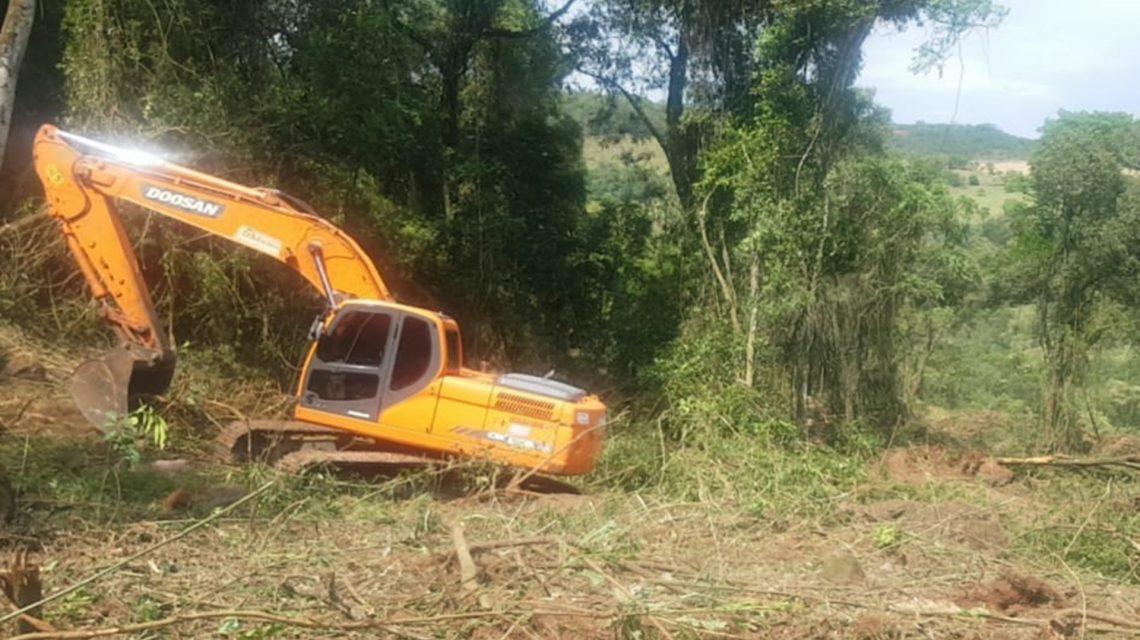Polícia Ambiental detém dono de propriedade e operador de escavadeira por desmatamento em Francisco Beltrão