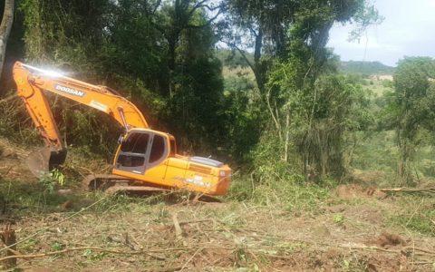 Polícia Ambiental detém dono de propriedade... operador de...scavadeira por desmatamento...